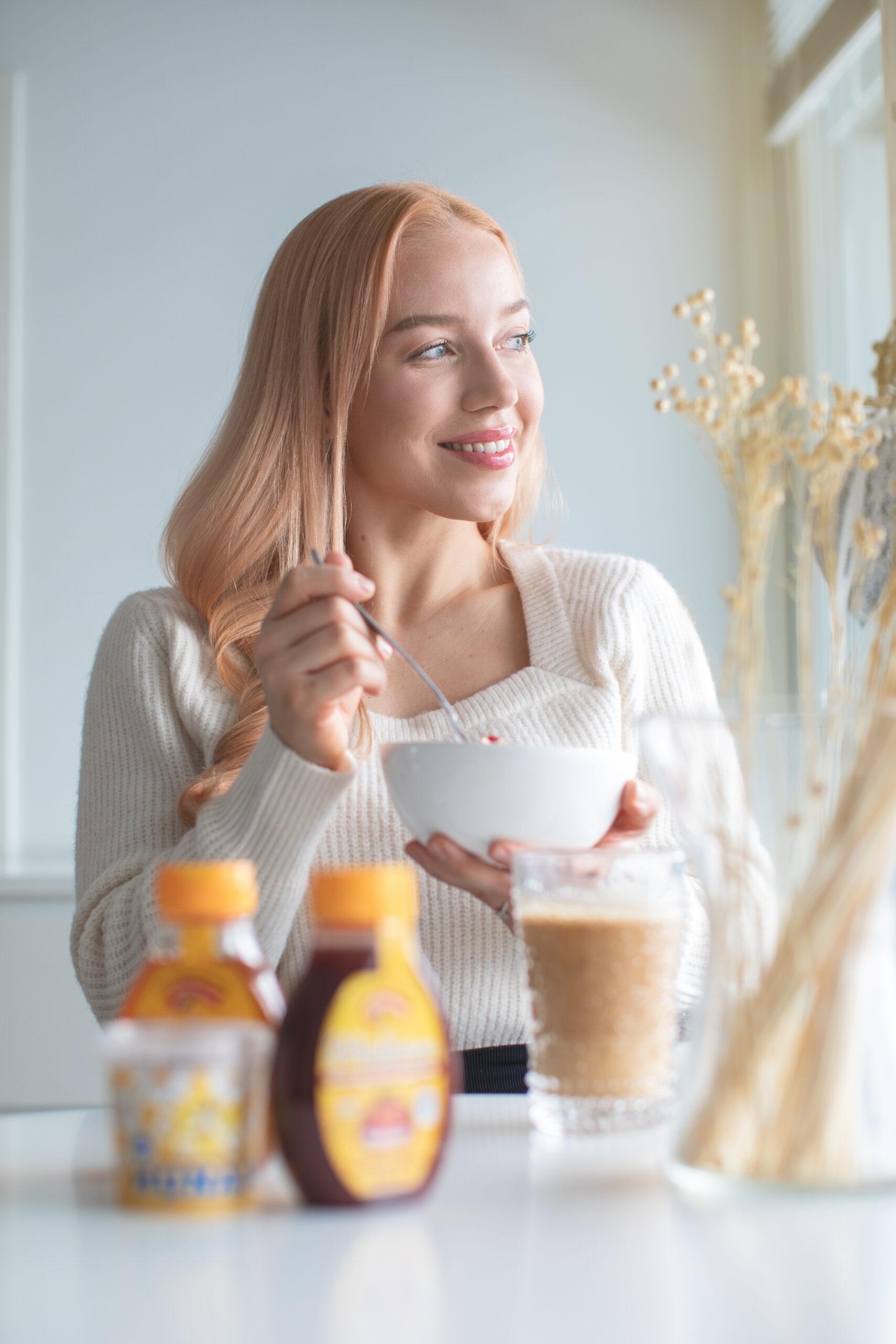 Anniina hunajatuotteiden kanssa